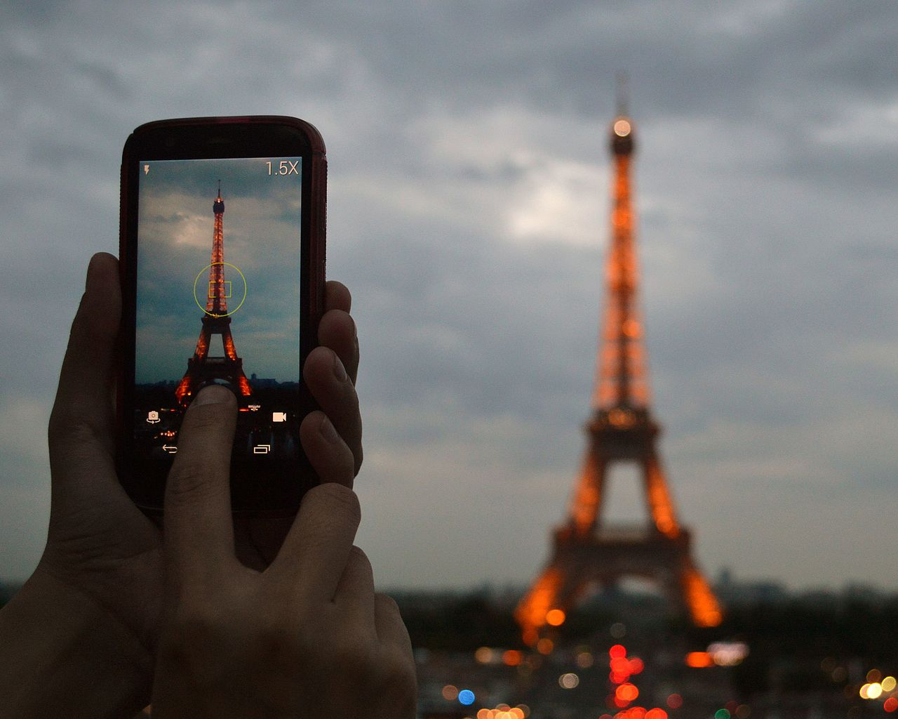 Photographing_the_Eiffel_Tower_at_dusk